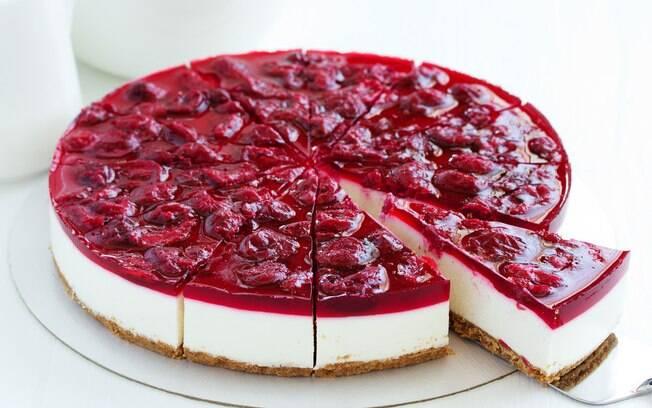 Cheesecake fatiado em uma mesa