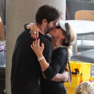 Susana Vieira e Sandro Pedroso se cumprimentam com selinho em aeroporto