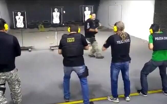 Instrutor fica na linha de tiro dos alunos como parte de treinamento