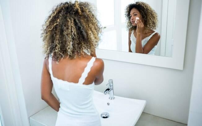 Depois de limpar o rosto com sabonete, os cuidados com a pele exigem que você passe toner para removeras  células mortas