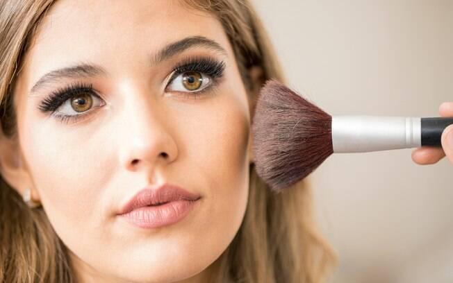 Técnicas de maquiagem, como contorno ou tendências mais naturais, sempre foram usadas por profissionais da indústria de beleza