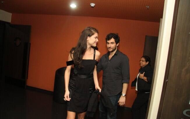 Alinne Moraes e Felipe Simão saindo do cinema. Os dois preferem não ser clicados juntos