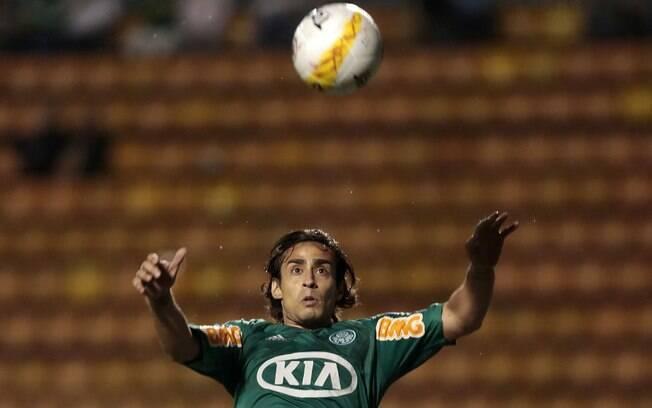 O meia Valdívia se movimentou bastante no  primeiro tempo entre Palmeiras e Paulista
