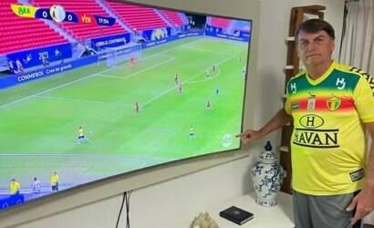 Bolsonaro assiste partida do Brasil no SBT e cutuca a Globo