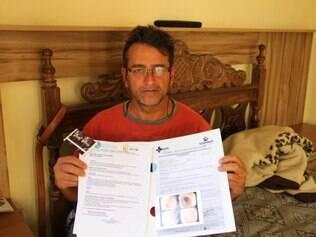 Aposentado mostra exames e o pedido para fazer a cirurgia de hemorróida