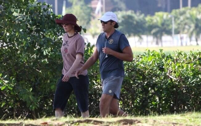 Alexandre Borges e Júlia Lemmertz caminham juntos na Lagoa Rodrigo de Freitas, dia 3 de junho passado