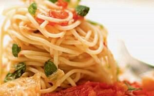 Receita de Espaguete ao molho de tomate e bacalhau - iG
