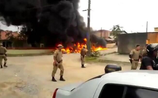 Helicóptero caiu no bairro Paranaguamirim, na zona sul de Joinville; três morreram e apenas um ocupante sobreviveu