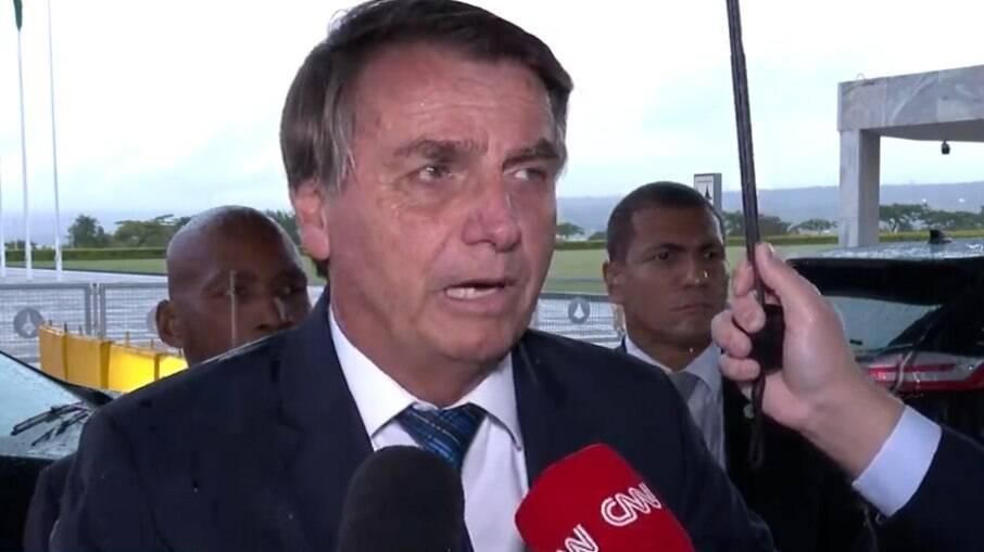 O presidente concedeu entrevista em frente ao palácio da Alvorada nesta segunda-feira (8)