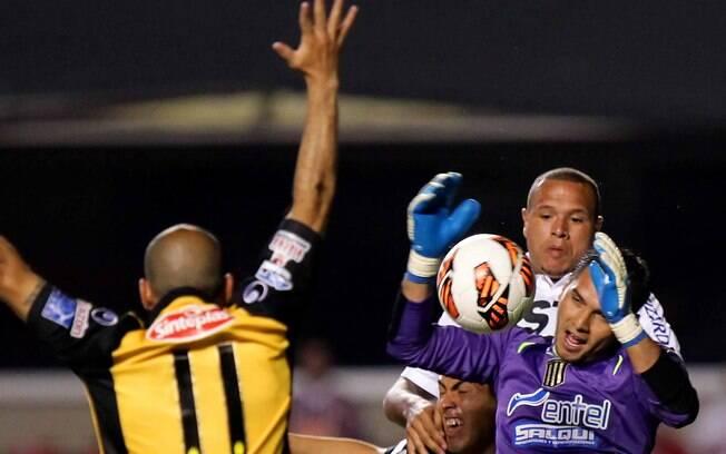 Luis Fabiano disputa lance com o goleiro Vaca  durante a partida entre São Paulo e The Strongest  no Morumbi