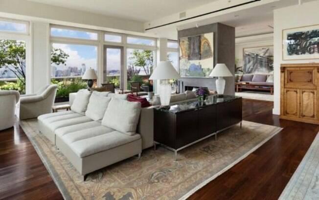 Pelas fotos dá para ver que a mansão não depende da lareira para ficar bonita e iluminada