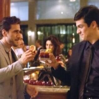 Félix e Jacques tomam drinque