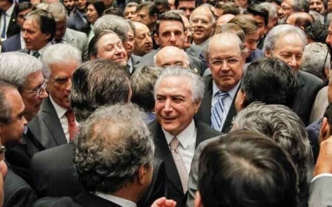 Michel Temer (MDB) toma posse após Congresso afastar a presidente Dilma Rousseff (PT)