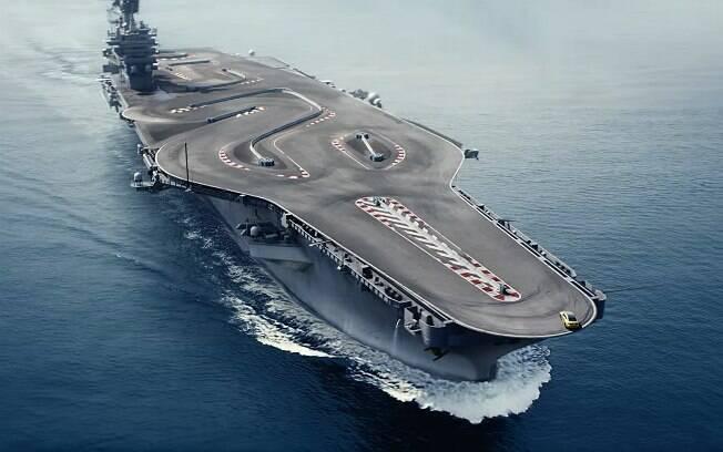 BMW M4 fazendo drift no convés de um porta-aviões