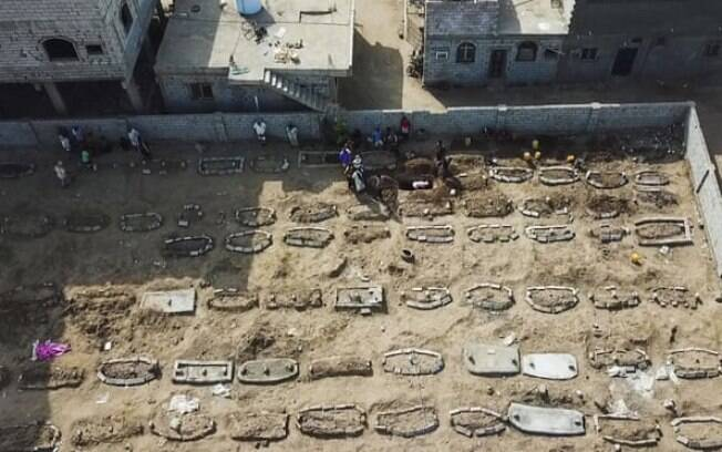 No cemitério de Radwan, Aden, Iêmen, em maio de 2020, novas sepulturas apontam para o impacto da pandemia do novo coronavírus