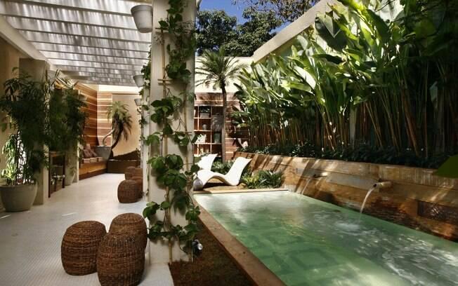 Como o lugar preferido da casa de peixes é um jardim, nada melhor do que uma piscina para completar o espaço. Projeto da paisagista Gigi Botelho