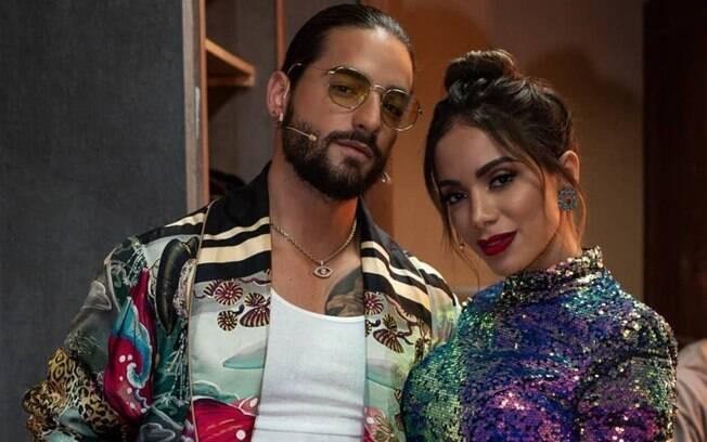 Anitta e Maluma posam para foto nos bastidores do