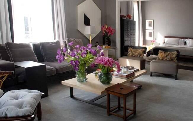 Na sala, o tapete deve se enquadrar no espaço entre os sofás e as poltronas (projeto de Dado Castello Branco)