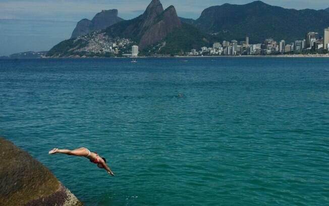Banhista mergulha no mar na praia do Arpoador, na zona sul no Rio de Janeiro