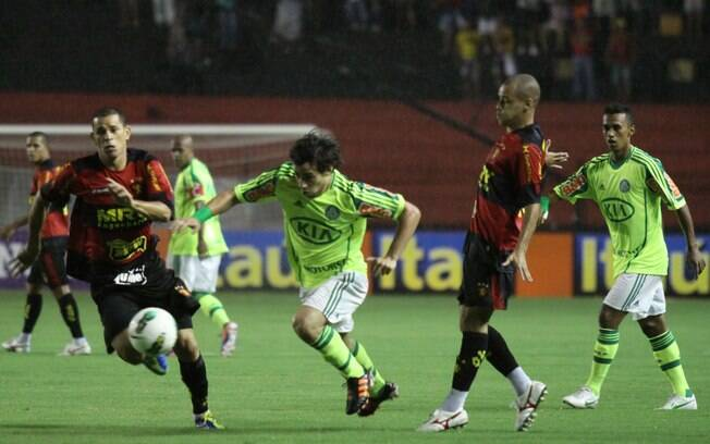 Valdivia tenta escapar com a bola no primeiro  tempo