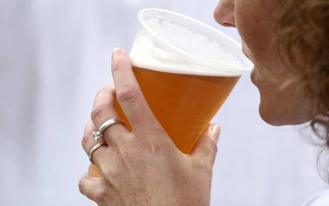 Dose recomendada pelos médicos é de dois copos diários para as mulheres e de três para os homens