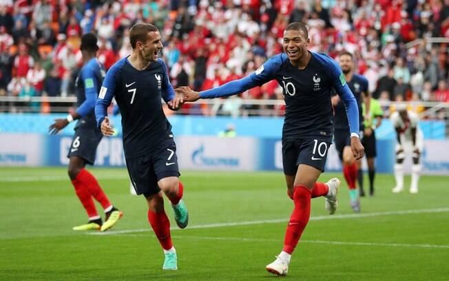 Mbappé e Griezmann comemoram o gol que deu a classificação à França às oitavas de final