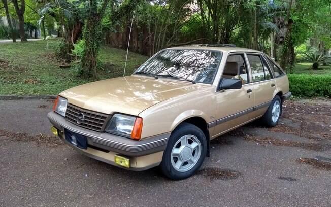 Opel Ascona hatch, de cinco portas, versão que não chegou a ser oferecida no Brasil, com o Monza