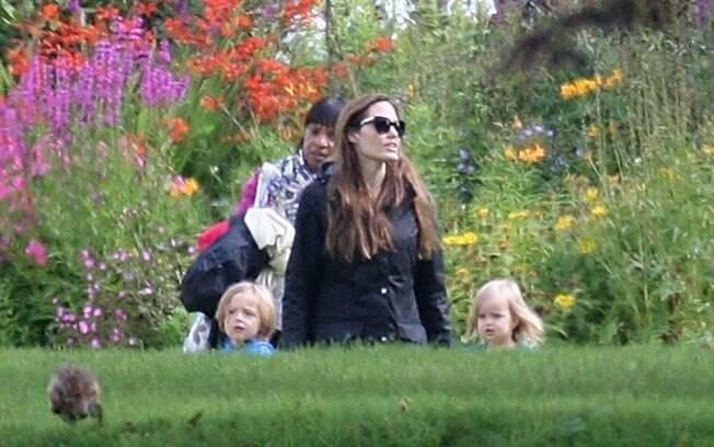 Angelina Jolie e sua trupe passeiam no jardim da mansão que ela alugou para a família em Glasgow