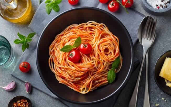 O espaguete é uma massa versátil que permite inúmeras possibilidades de combinação com molhos e guarnições