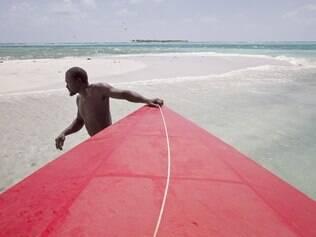 Motorista do barco-táxi na ilha caribenha de Bequia