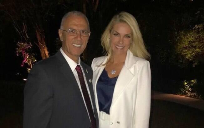 Ana Hickmann posa com embaixador e fala sobre viagem a Israel