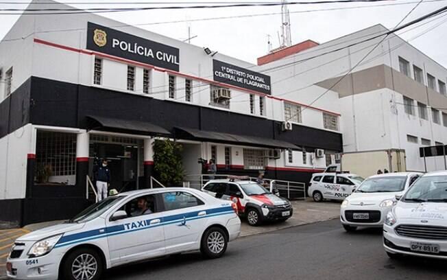 Mulher que levou cadáver a banco nega crime à Polícia e é indiciada