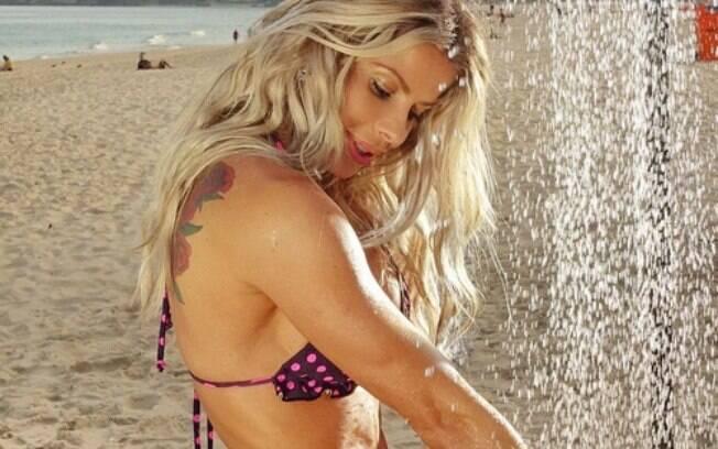 a0d4c41c9 Chuveirada na praia para Karina Bacchi