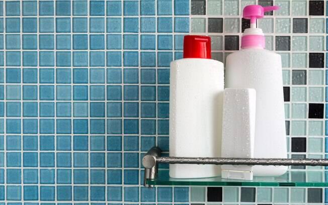 O shampoo, o condicionador e outros itens usados durante o banho devem ficar em uma região que a água possa escoar