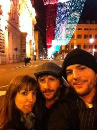 Ashton Kutcher, Lorena Scafaria e Matt Mazzant em Roma no Natal: confundiram as amigas de Ashton