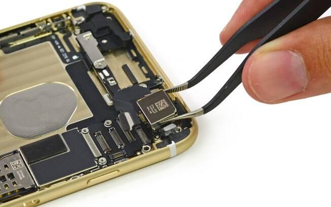Técnico da iSupply retira câmera do iPhone 6