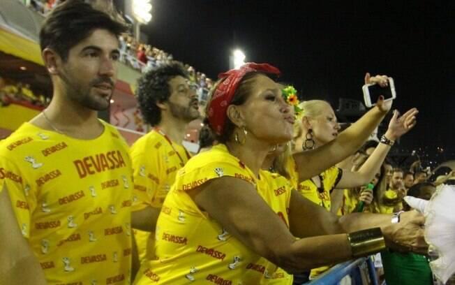 Susana Vieira curte o segundo dia de carnaval na Sapucaí com o noivo Sandro Pedroso