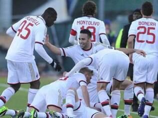Jogadores do Milan celebram vitória suada sobre o Cagliari