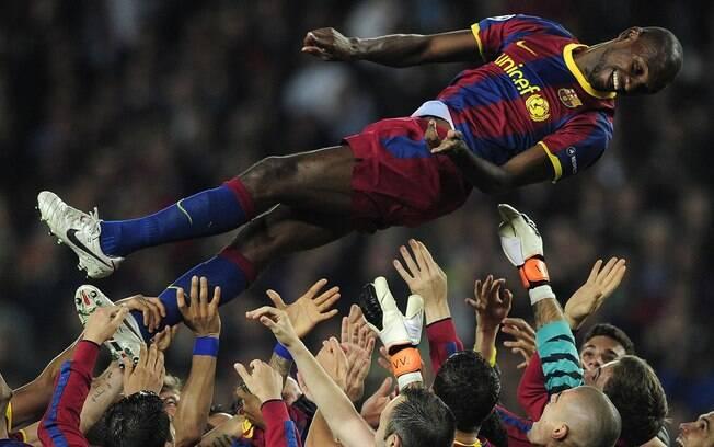 Jogadores do Barcelona comemoram a volta de  Abidal