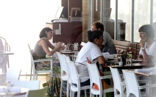 O papo tava animado entre Deborah Secco e seu amigo durante almoço no Rio