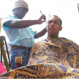 Pierre Larose cortando o cabelo no Brasil: observações sobre o barulho e o julgamento social