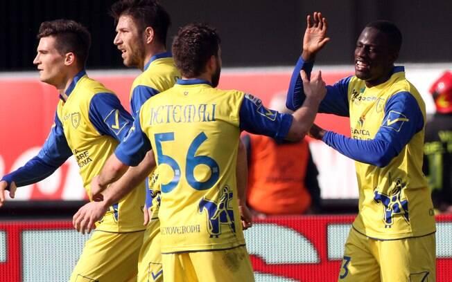 Jogadores do Chievo comemoram gol na vitória  sobre o Napoli