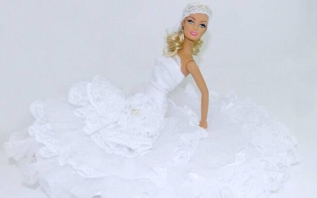 O modelo é confeccionado com o mesmo corte, tecido e pedrarias do vestido original