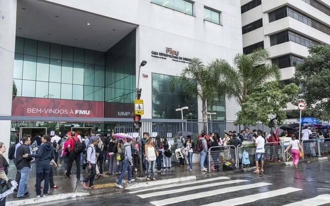 Estudantes enfrentam fila para conseguir o Fies (11.03.15)
