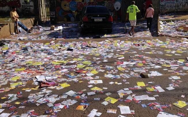 Panfletos eleitorais espalhados no chão