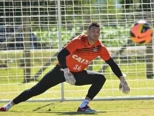 Afastado do grupo juntamente com o zagueiro Manoel - que continua fora - o goleiro volta na vaga de Santos, que atuou nas duas primeiras rodadas.