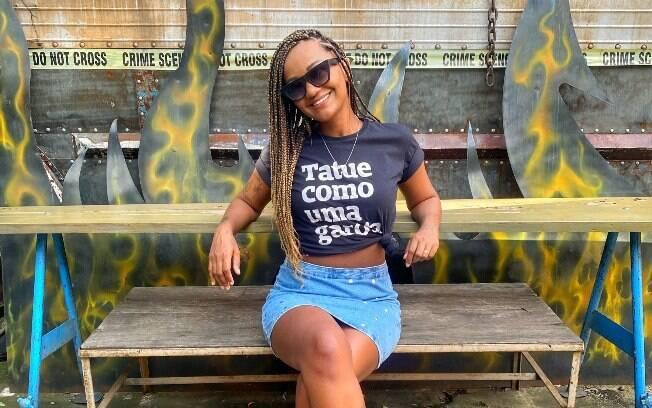 A tatuadora Aline Monteiro