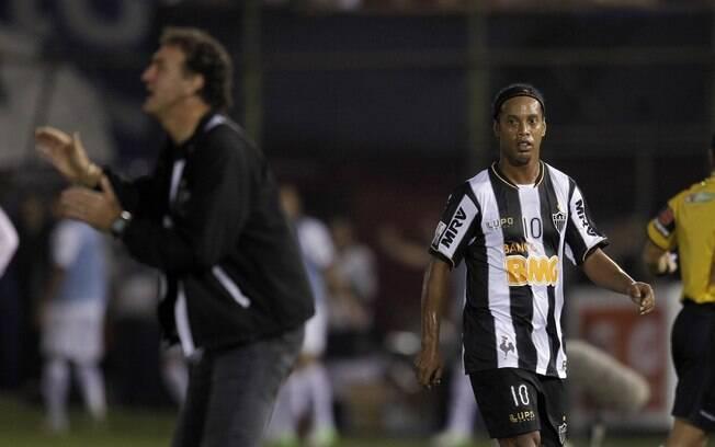 Ronaldinho observa Cuca ao ser substituído na  primeira final da Libertadores