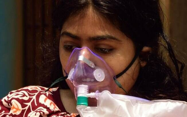 Falta de oxigênio e fogueiras improvisadas para cremação marcam tragédia da covid-19 na Índia