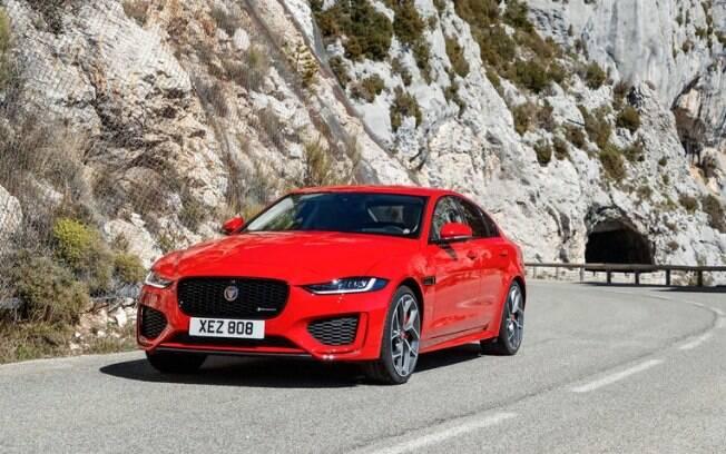Jaguar XE vermelho